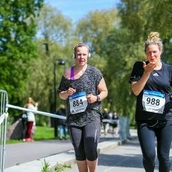 Helsinki Half Marathon - Minna Korhonen (884), Salla Kyhälä (988)